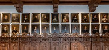 Ratsbank mit Portraits der Unterhändler des westfälischen Friedens im Friedenssaal des historischen Rathauses in Münster