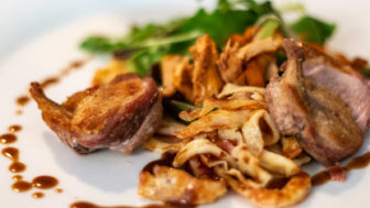 Gebratene Wachtelbrust mit Speckpfannkuchen und Pfifferlingsalat (Restaurant Domschenke, Billerbeck)