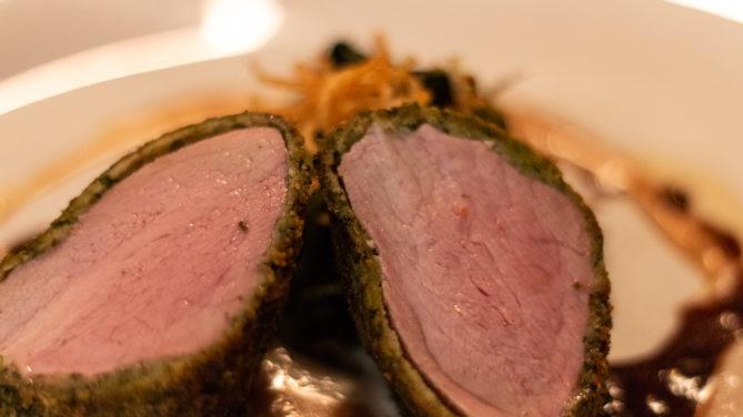 Schweinefilet im Kräutermantel mit Blattspinat und Bratkartoffeln als Beilage (Restaurant Domschenke, Billerbeck)