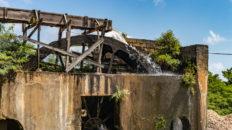 Die Zuckerrohrmühle, welches den Saft aus dem Zuckerrohr auspresst, wird in der River Antoine Rum Distillery auf Grenada mittles eines Wasserrades angetrieben