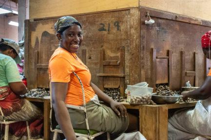 Eine Mitarbeiterin in der Sortierung von Muskatnüssen bei der Gouyave Nutmeg Processing Cooperative bei der Muskatnuss-Sortierung