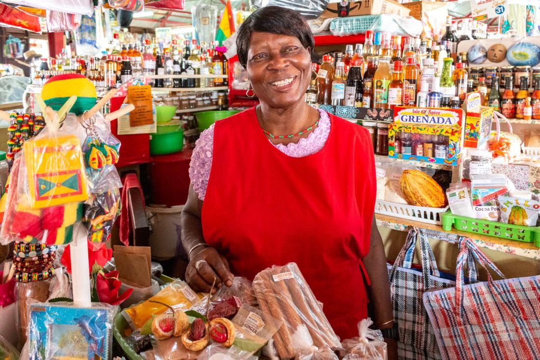 Gewürzhändlerin auf dem Markt in St. Georges