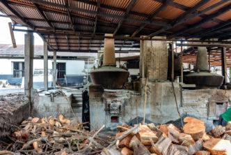 In der River Antoine Rum Distillery auf Grenada werden die Brennblasen mit Holz und Zuckerrohr-Abfällen beheizt