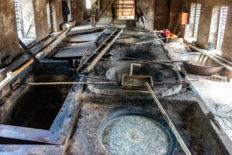 In diesen Kesseln wird der Zuckerrohrsaft eingedickt, bevor er für mehrere Tage vergoren wird