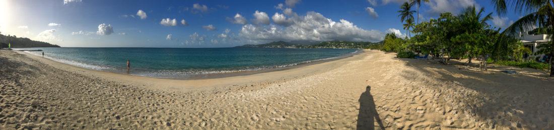 Panorama-Schatten-Selfie am Strand des Spice Island Beach Resorts auf Grenada