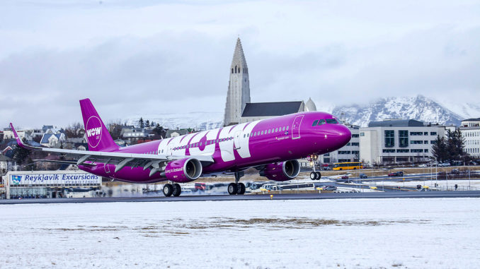 Ein Airbus A321 (TF-MOM) der WOW Air landet in Keflavik; Foto: WOW Air