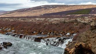 Die Hraunfossar-Wasserfälle
