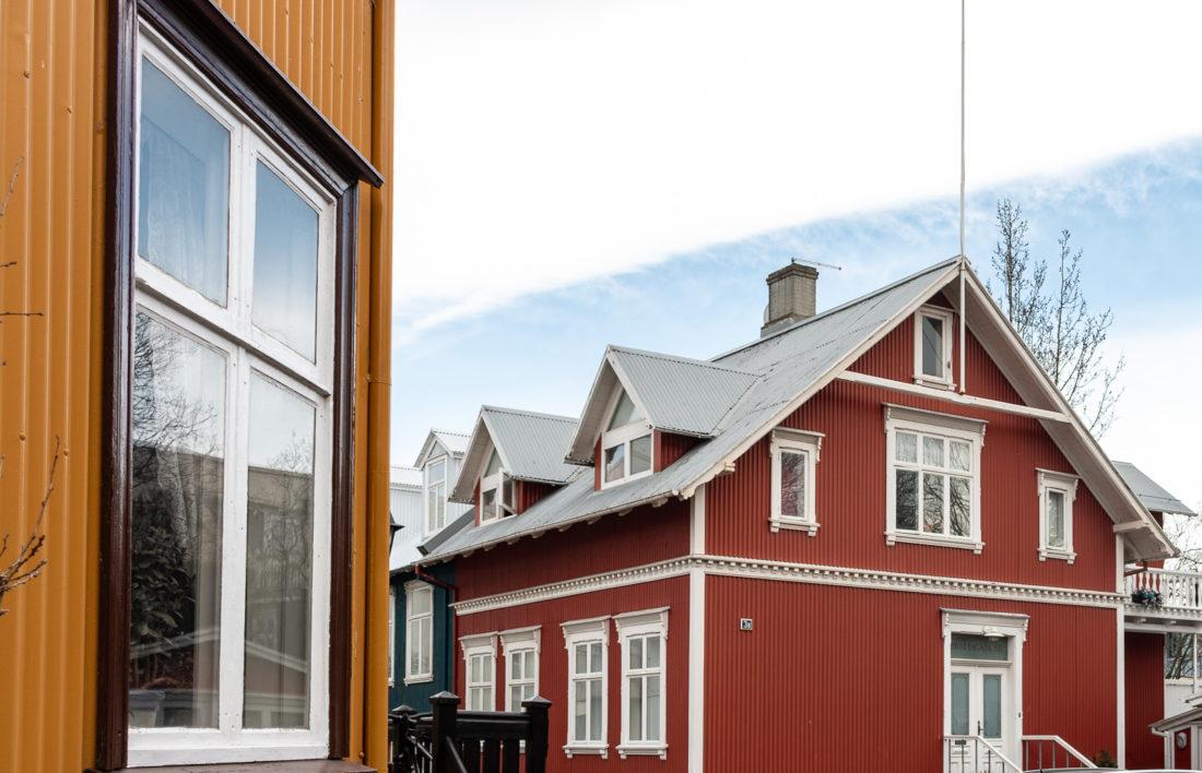 """Die """"Altstadt"""" von Reykjavik mit den charakteristischen bunten Fassaden"""