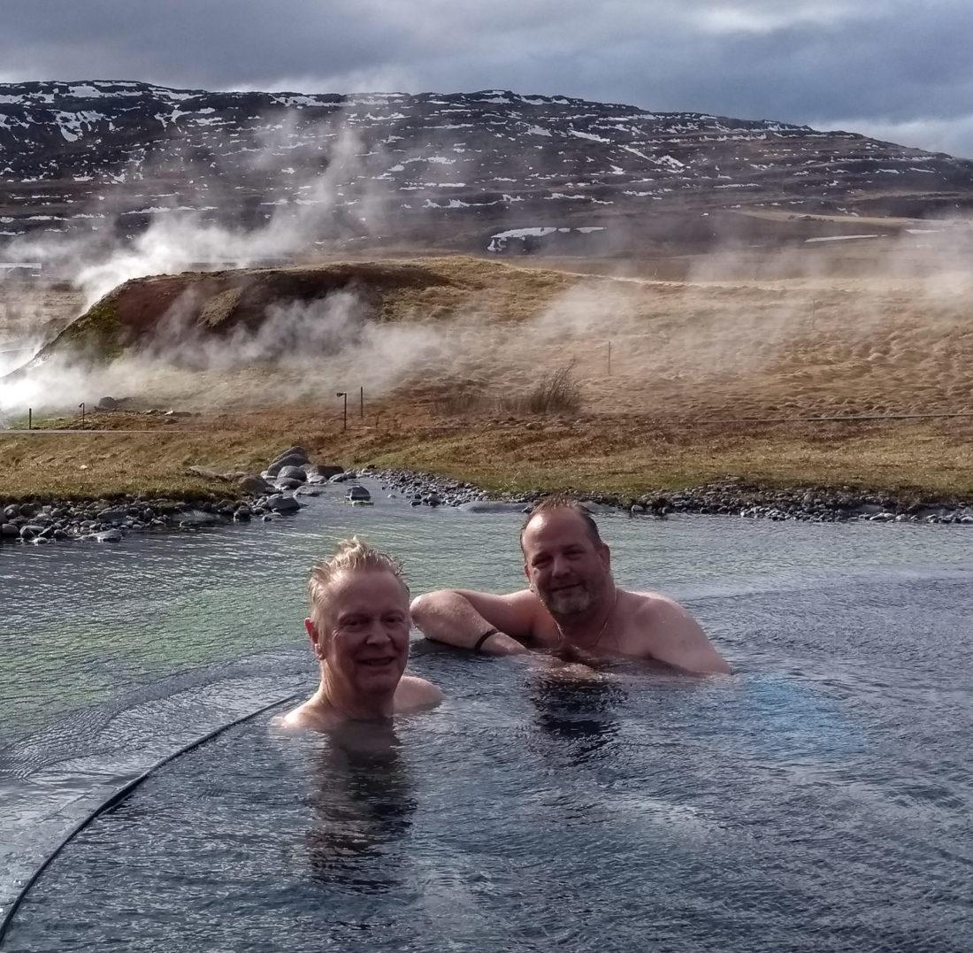 Gemeinsames Bad mit dem Schriftsteller Arthur Björgvin Bollason in der Therme Krauma, die mitten in der Natur liegt und von den Deildartunguhver-Quellen gespeist wird; Foto: Mona Contzen
