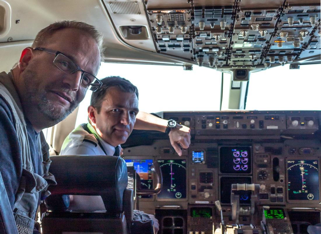 Im Cockpit zusammen mit Captain Petur Lentz; Foto: Tanja Neumann, www.vielweib.de