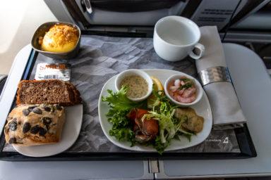 """""""Nordische Tapas"""" (Lachs, Shrimp-Cocktail und Hering in der Saga Class der Icelandair auf dem Flug von Düsseldorf nach Keflavik"""