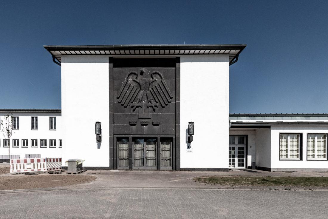 Das Empfangsgebäude des Flughafen Butzweiler Hof in Köln von der Landseite