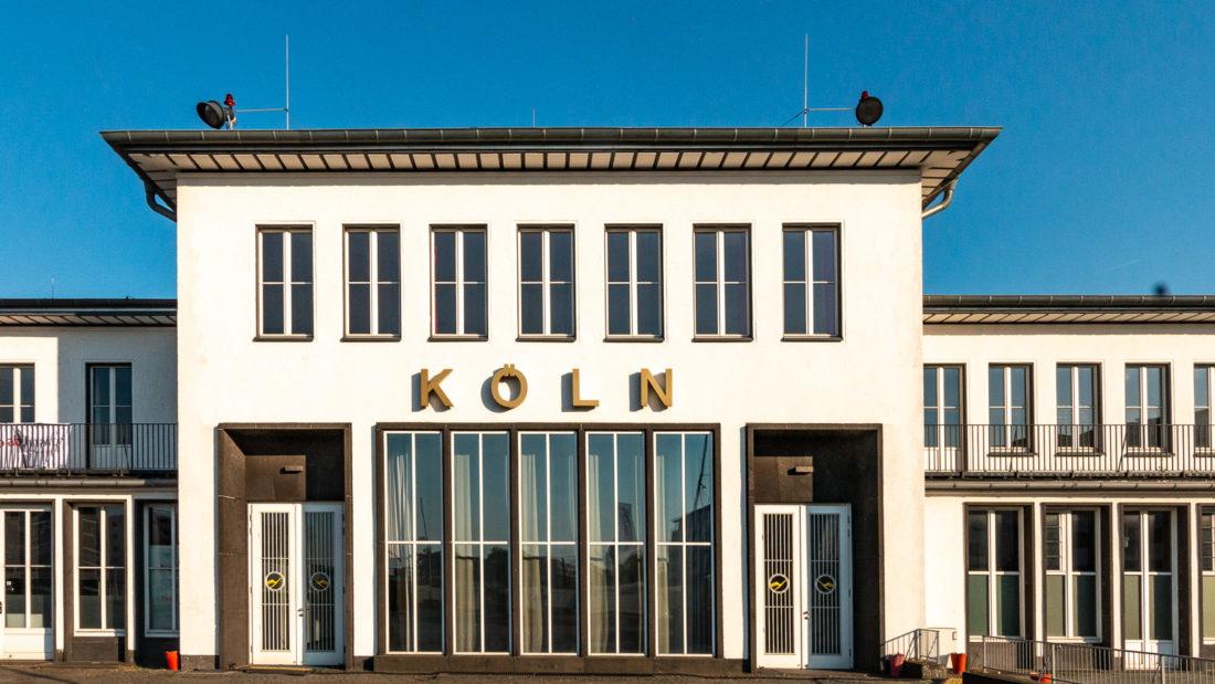 Das Empfangsgebäude des Flughafen Butzweiler Hof in Köln von der Luftseite
