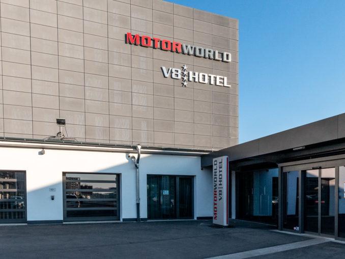 Der Eingang des V8-Hotels Köln