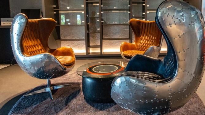 Die Sessel der Bibliothek des V8-Hotels Köln sind aus Aluminium genietet