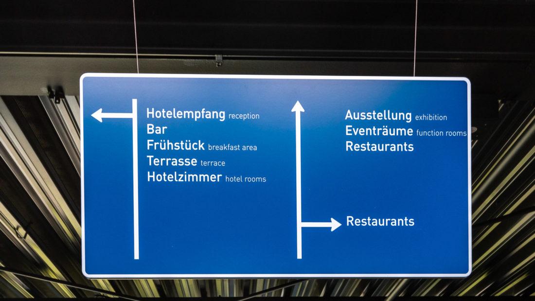 Die Wegweiser im Autobahn-Design in der Lobby des V8-Hotels in Köln am Butzweiler Hof