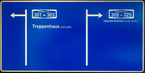 Die Wegweiser sind im V8-Hotel Köln als Autobahn-Schilder designt