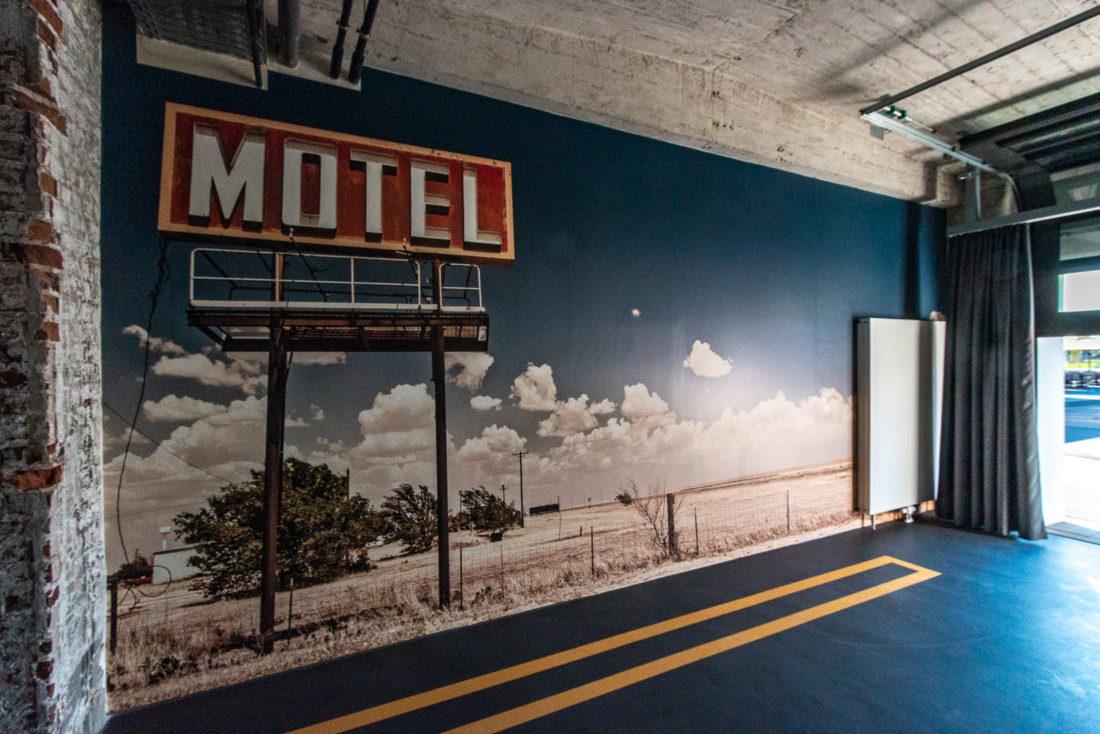 """Die zugehörige Garage aka """"Schlafplatz fürs eigene Auto"""" der Ford-Car-Suite im V8-Hotel Köln"""