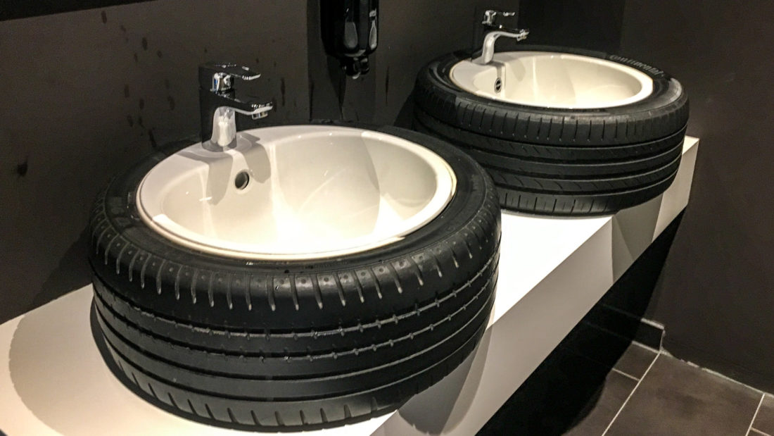 """Selbst die Waschbecken im WC der Lobby des V8-Hotel Köln sind """"automobil"""" designt"""