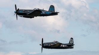 """Chance Vought F4U """"Corsair"""" und Grumman F8F """"Bearcat"""" in Formation auf der Air Legend 2019 in Melun-Villaroche"""