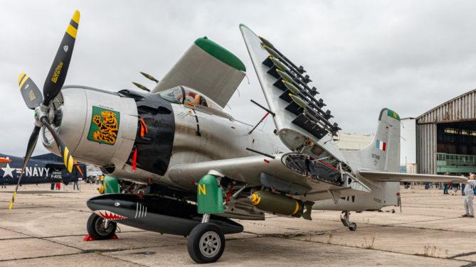 """Geparkte Douglas """"Skyraider"""" auf der Air Legend 2019 in Melun-Villaroche"""