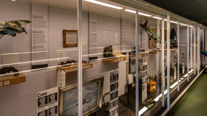In den Vitrinen werden Artefakte von im zweiten Weltkrieg auf Texel abgestürzten bzw. abgeschossenen Flugzeugen gezeigt
