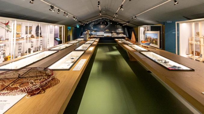 In der Halle des Museums sind Exponate aus der Zeit des zweiten Weltkriegs und der Nachkriegszeit ausgestellt