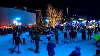 Die abendliche Eisbahn in der Autostadt Wolfsburg