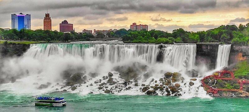 """Die """"American Falls"""" der Niagara-Fälle mit den """"Maid-of-the-Mist""""-Booten auf der amerikanischen Seite der Niagara Falls; Foto: Lou Lou McFly"""